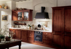Traditionellt kök i rustik träfärg.
