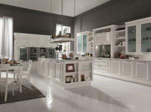 Rromantiskt kök med vita ramluckor.