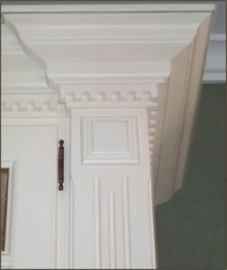 Detaljerad krönlist och pilaster
