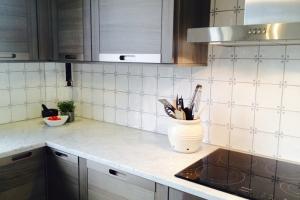 Modernt kök med popup eluttag i väggskåp