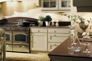 Lantligt kök med vitmålad kökslucka