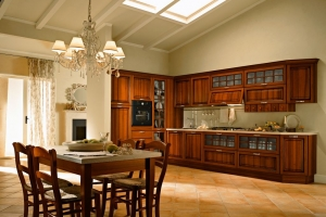 Rustikt kök i traditionell stil  med köksluckor i trä
