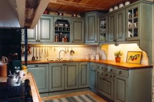 Lantligt kök i smaragdgrön färg av Björkman Design