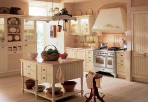 Traditionellt romantiskt kök i gräddvit nyans.