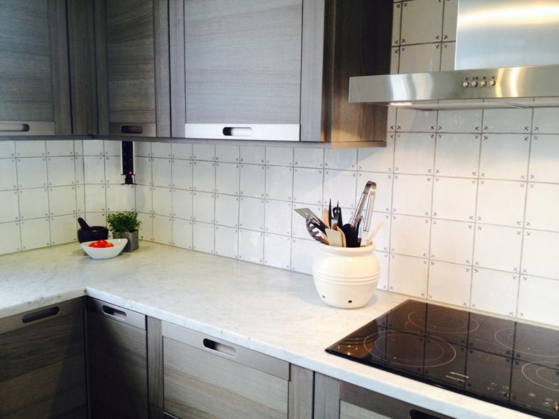 Rustikt vackert kök med popup eluttag i väggskåp