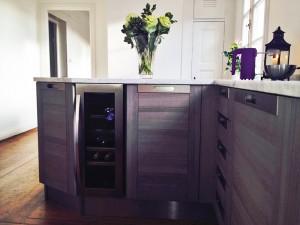 Vackert nytt modernt kök med vinkyl