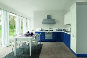 Traditionellt kök med blåa bänkskåp