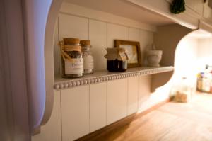 Vitmålat träkök i lantlig stil - kök stockholm