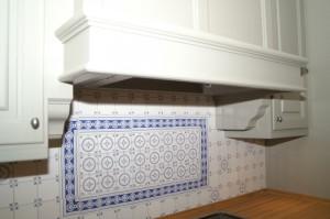 Kök med vitt och blått kakel i vackert träkök