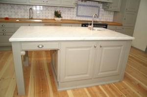 Unikt kök med underbar köksö och vit marmorskiva