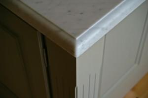 Profilfräst marmorskiva i lantligt kök