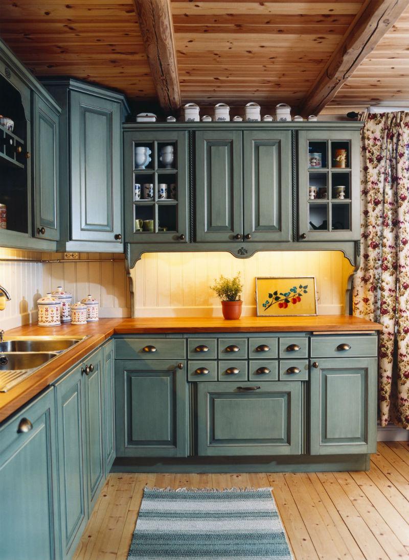 Handmålat lantligt kök i smaragdgrön färg